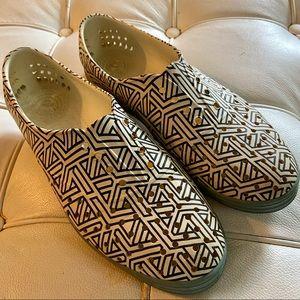 Native water shoes black white print sz 8 guc
